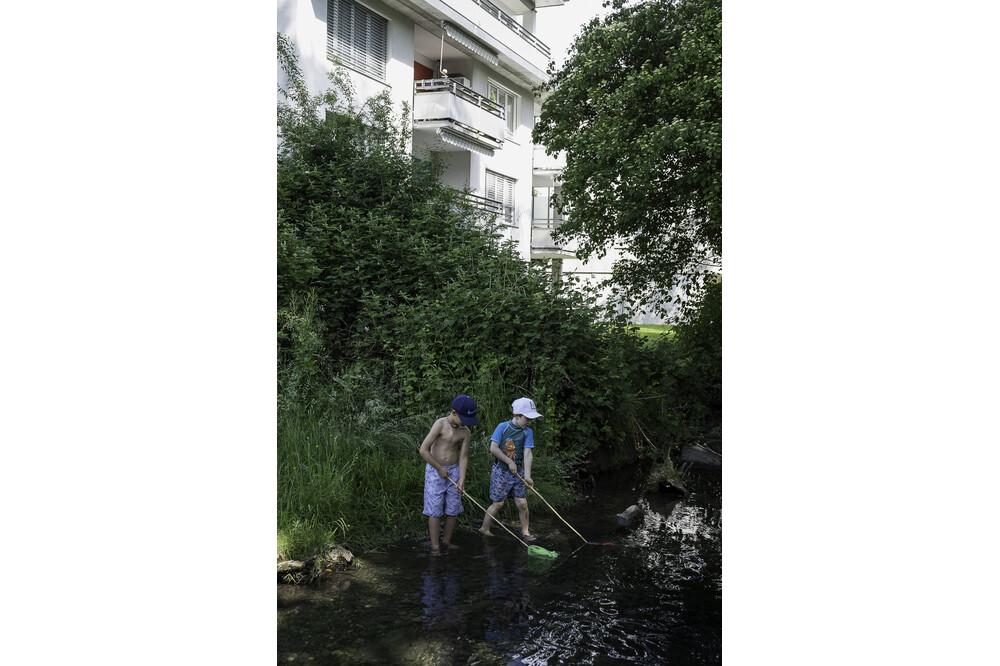 Muensingen Zwei Buben An Giesse Jürg Ramseier Fotograf Bern